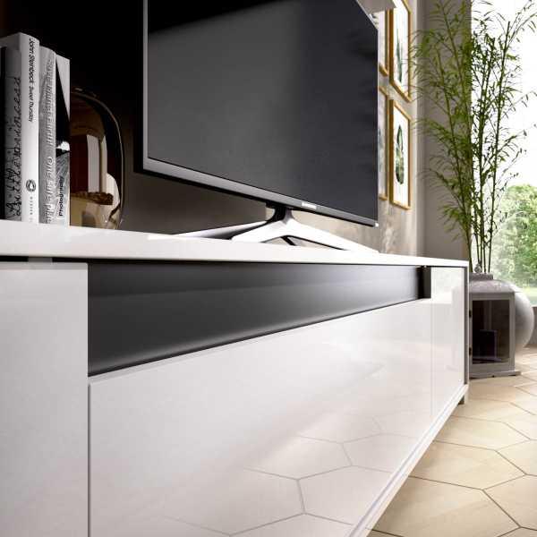 salon tv con puertas y estante a pared 4